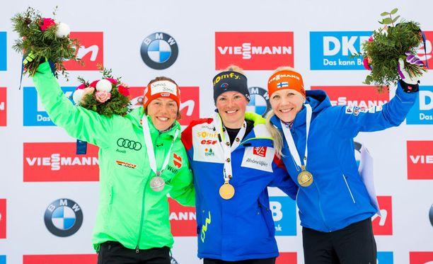 Laura Dahlmeier (vas.), Marie Dorin Habert ja Kaisa Mäkäräinen olivat yhteislähdön MM-mitalistit.