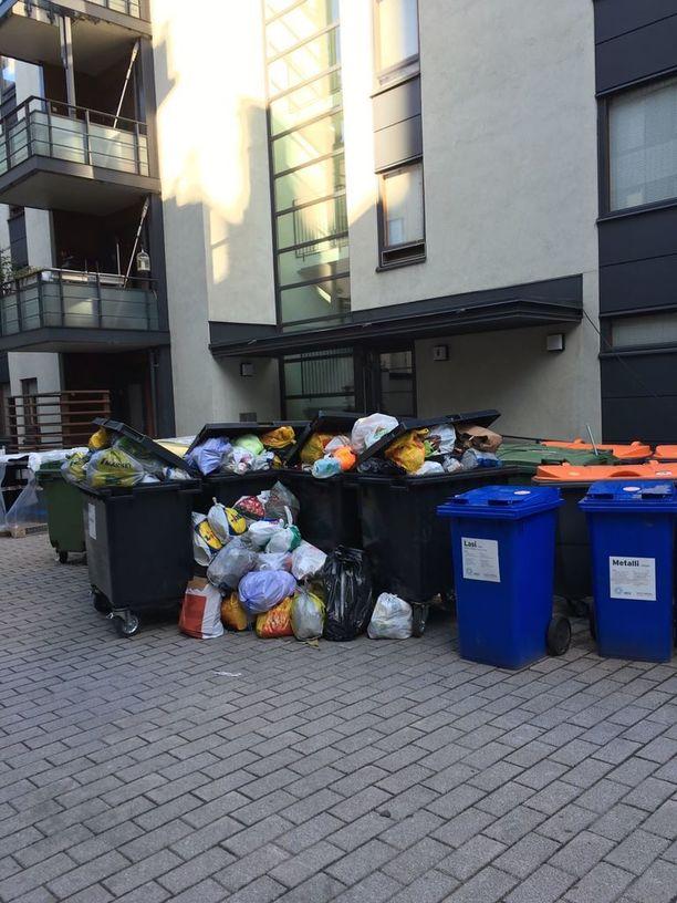 Asunto Oy Helsingin Eerikinkatu 41:ssä on käynnissä piharemontti, minkä vuoksi roskakatos purettiin. Nyt roskat ovat mm. lokkien saatavilla.