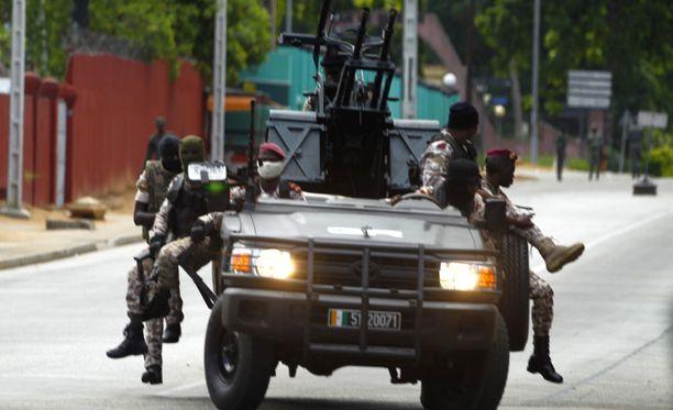 Kapinallissotilaita Bwaken kaduilla.