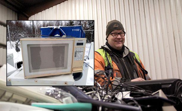 Mänttä-Vilppulan jäteasemanhoitaja Tommi Meronen näkee työssään paljon vanhoja tavaroita. Tällä kertaa asiakas toi jäteasemalle mikron, joka oli ehtinyt palvella yli 40 vuotta,
