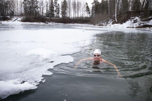 Elina Mäkinen jatkaa huikeaa uraansa pitkien matkojen jääuimarina, vaikka kehon lämpötilaa mitanneiden antureiden mukaan hänen olisi pitänyt hyisessä vedessä mennä tajuttomaksi.