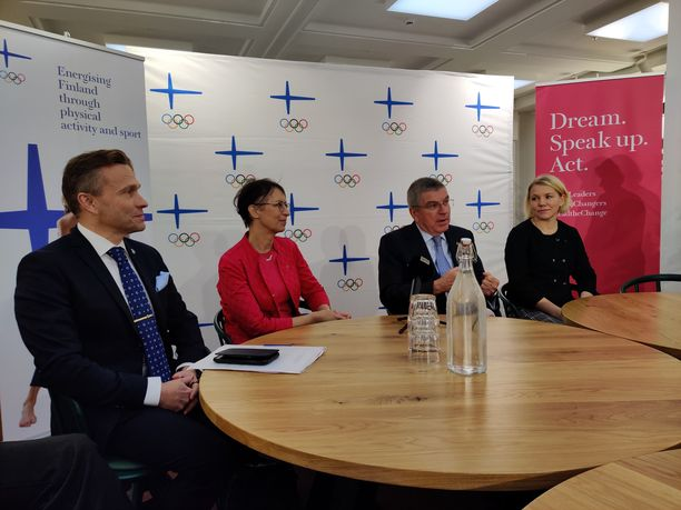 Kansainvälisen olympiakomitean puheenjohtaja Thomas Bach (2. oik.) vieraili tiistaina Helsingissä. Hänen seuranaan ovat Suomen olympiakomitean puheenjohtaja Timo Ritakallio sekä KOK:n jäsenet Sari Essayah (2. vas.) ja Emma Terho.