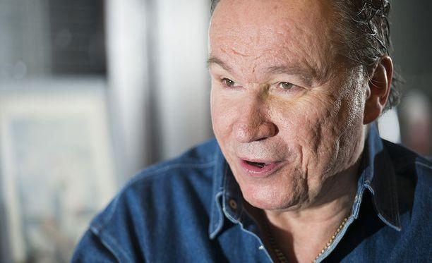 Ile Vainio, 57, on tunnettu sanoittaja. Hänen kynästään ovat syntyneet esimerkiksi Nylon Beatin Anna mulle ja Satasen laina.