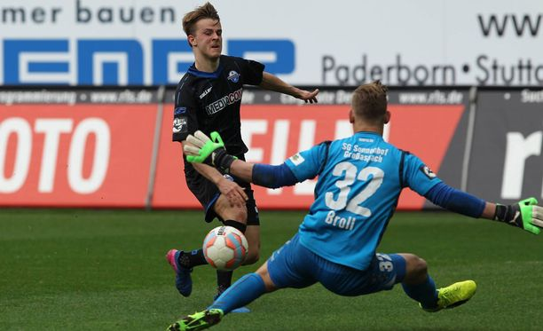 Paderbornin Roope Riski yrittää maalintekoa viime lauantain ottelussa Sonnenhofia vastaan.