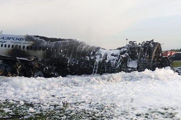 Sunnuntaina Moskovasta Murmanskiin matkalla ollut Aeroflotin kone syttyi tuleen hätälaskun yhteydessä. Koneen takaosa syttyi tuleen ja 41 ihmistä menehtyi.