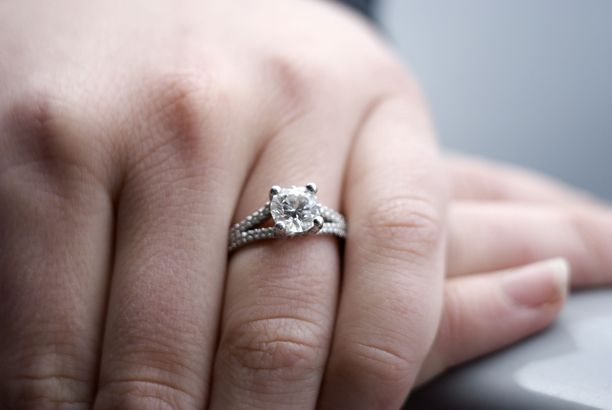 Mies repi kihlasormuksen väkisin morsiamensa sormesta. Kuvituskuva.