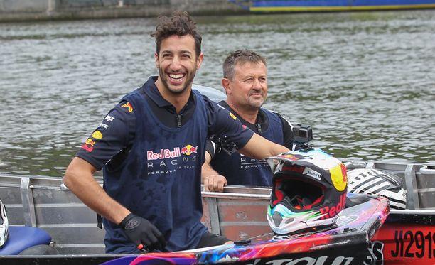 Daniel Ricciardo (edessä) ja Max Verstappen pitivät hauskaa Yarra-joella.