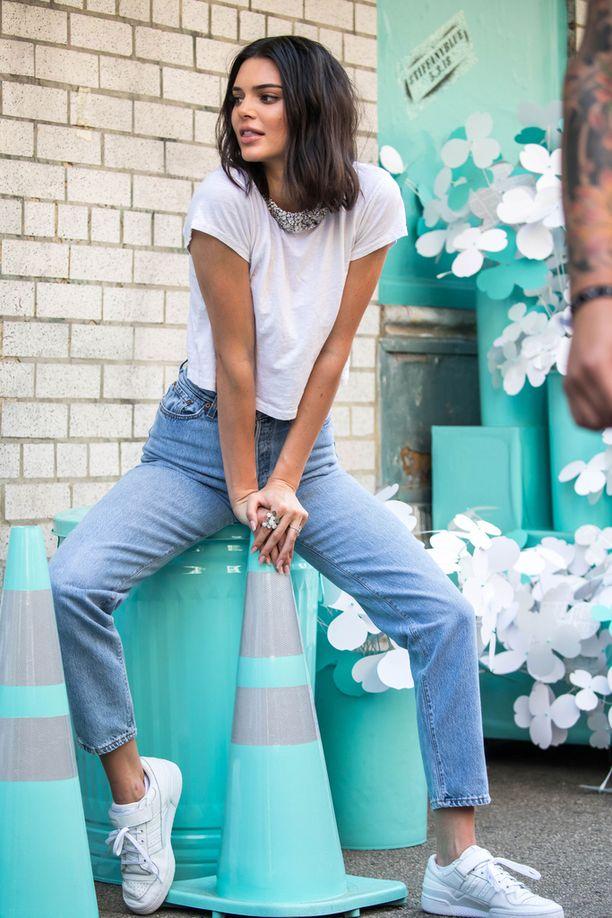 Rennompaa kuvauslookia: valkoinen t-paita, farkut ja tennarit näyttävät aina hyviltä. Yhdistä asuun näyttävä kaulakoru.