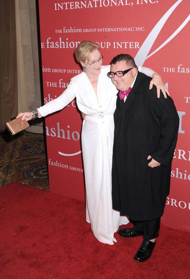 Elbaz on vaatettanut lukuisia tähtiä. Kuvassa Elbaz Meryl Streepin syleilyssä.