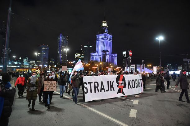 Varsovassa Naisten lakko -nimellä kulkeva mielenosoitus on kerännyt runsaasti väkeä yhteen.