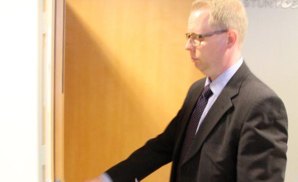 Asianajaja Vesa Hannonen totesi, että hänen päämiehensä vangittiin. Muuta Hannonen ei kommentoinut.