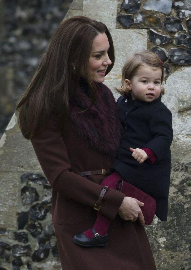 Prinsessa Charlotte äitinsä sylissä viime joulukuussa.