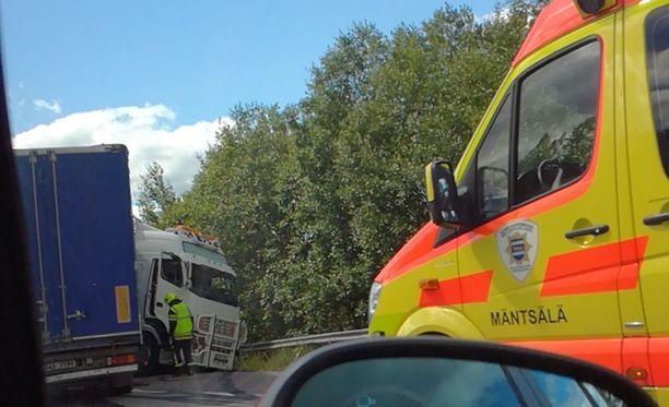 Pelastuslaitoksen mukaan rekan kuljettaja ei loukkaantunut tilanteessa Lahdenväylällä.