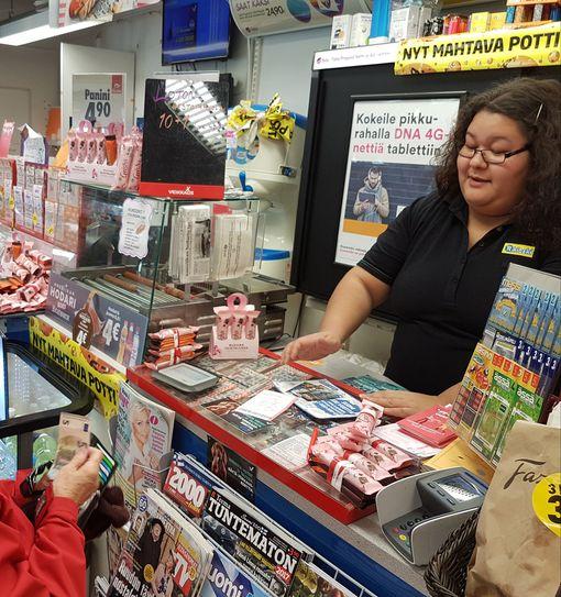 Myyjä Miia Tossavainen myi lauantaiaamuna tavalliseen lottoon rivejä ison voittouutisen paljastuttua. 41,5 miljoonan voitto myytiin hänen työpaikassaan.