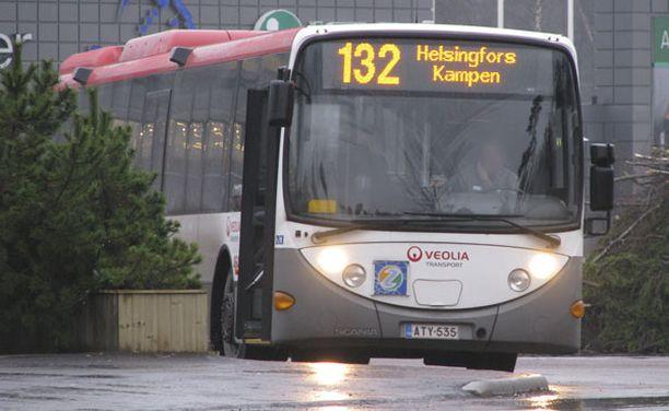 Ryöstäjät mätkivät seutuliikenteen bussin numero 132 kuskia.