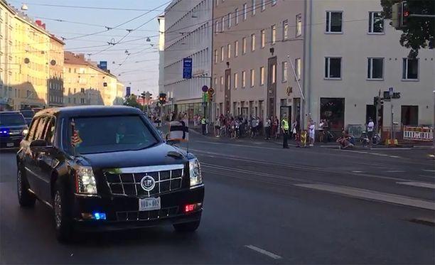 Kuvassa Trumpin autosaattue Mannerheimintiellä Taka-Töölössä.