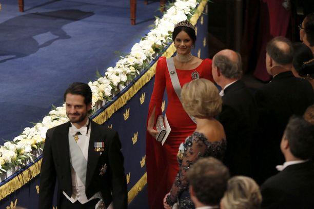 Prinsessa Sofia edusti upeassa punaisessa leningissä, jossa oli pitkät hihat.