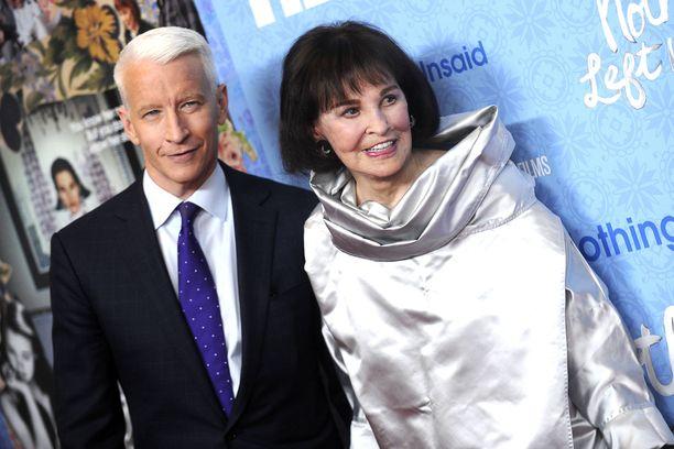 Gloria Vanderbilt yhdessä poikansa Anderson Cooperin kanssa.