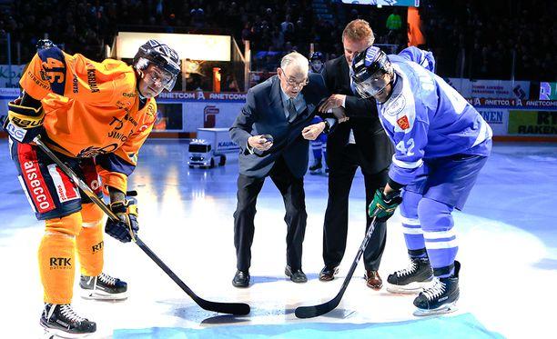 90-vuotias jääkiekkolegenda Pentti Isotalo pudotti avauskiekon.