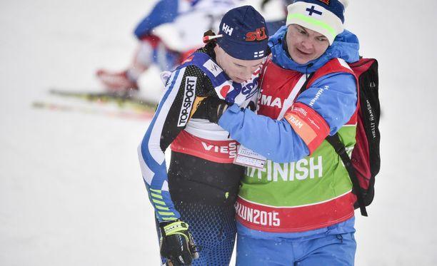 Suomen maajoukkueen lääkäri Tuomas Mäkinen talutti pökerryksissä ollutta Matti Heikkistä Falunin MM-kisojen 50 kilometrin perinteisen hiihtotavan kisan jälkeen.