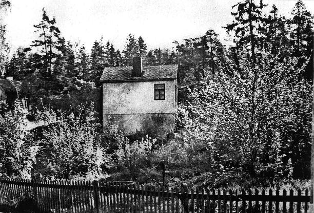 Pentin lapsuudenkoti Helsingin Puistolassa oli vaatimaton. Kun linnoitustöihin joutuneen kirvesmiesisän rahat eivät riittäneet kunnolla ruokaan, Pentti muutti kotoa ja aloitti työelämän jo 14-vuotiaana syksyllä 1940.