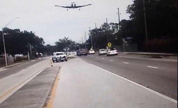Koneen lento matalalla maantien päällä tallentui poliisin kojelautakameraan.