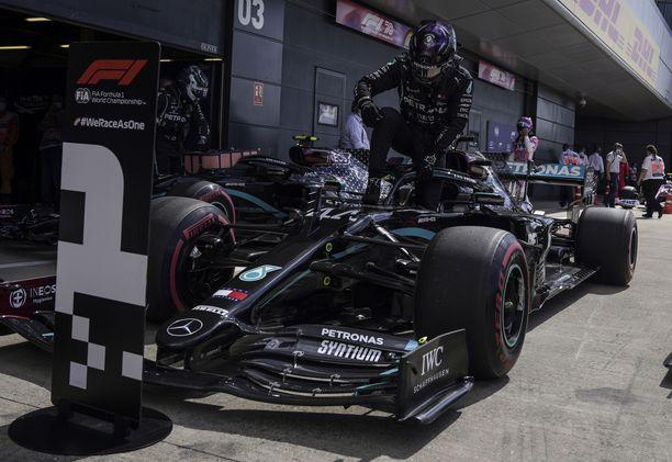 Tuttu näky. Lewis Hamilton ja Mercedes juhlivat ykköspaikalla.