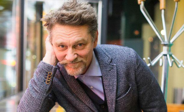 Ville Virtanen on vaihtanut sosiaalisen ja työkielensä suomesta ruotsiin. Jo aiemmin hän puhui kotioloissa ruotsia Birthe-vaimonsa kanssa.