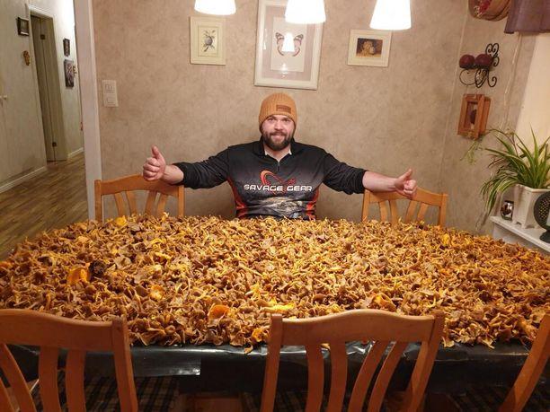 Robin Björk esittelee huikeaa sienisaalista.