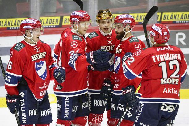 HIFK-pelaajat juhlivat Aleksi Laakson (toinen vasemmalta) tekemää 1-0-maalia.