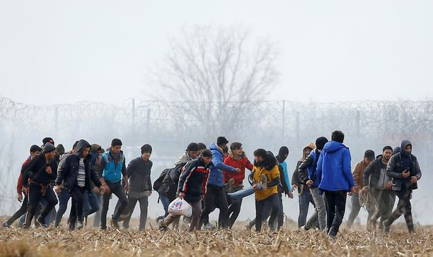 Siirtolaiset kantoivat keskiviikkona pahoin loukkaantunutta toveriaan takaisin rajalta Turkkiin. Uutistoimisto Reuters julkaisi tapahtuneesta myös graafisempia kuvia, joita Iltalehti ei julkaise herkimpien lukijoiden suojelemiseksi.