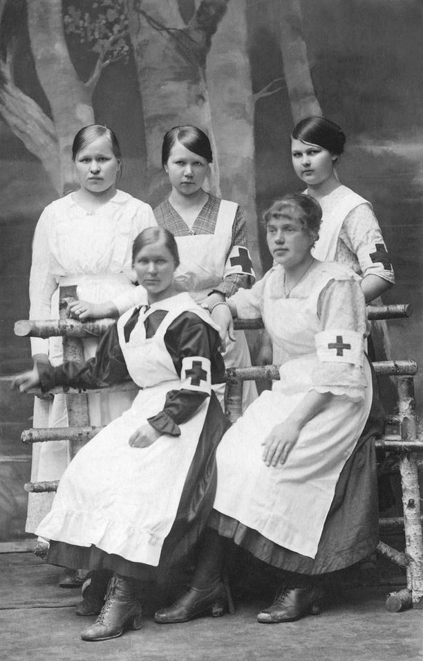 Punakaartin sairaanhoitajia Helsingissä.