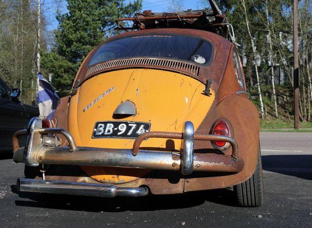Takaluukku on yllättävästi oranssi - täytyihän autoon jotakin väriä jäädä, sanoo auton omistaja Sami Koponen.