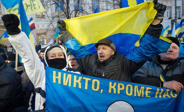 Kiovaan on tänäänkin kokoontunut tuhansia mielenosoittajia, jotka vaativat presidentti Viktor Janukovitshin eroa.