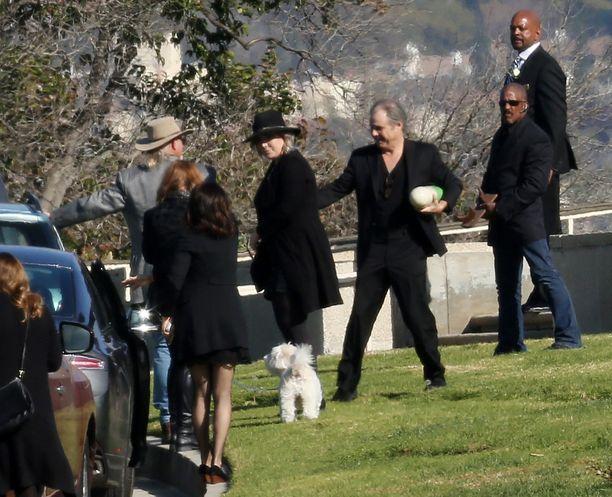 Hautajaissaattueessa ei ollut suurta väkimassaa.