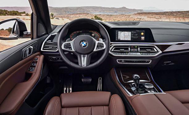 Ohjaamoa hallitsee nykytrendin mukaisesti BMW Live Cockpit Professional -virtuaalimittaristo, joka koostuu kahdesta 12,3-tuumaisesta näytöstä.