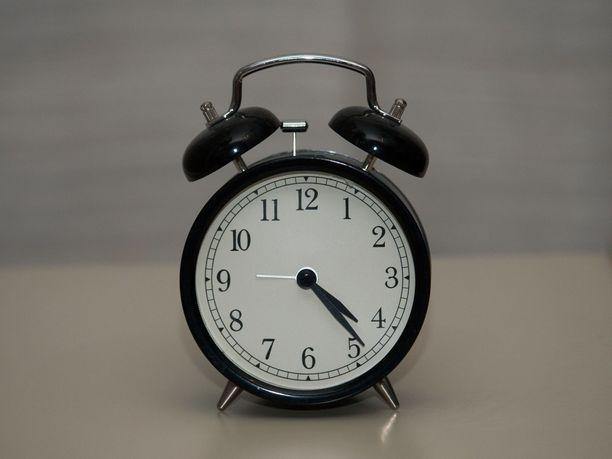 Kellojen siirtelyn lopettaminen saa laajaa kannatusta kansalaisten ja asiantuntijoiden keskuudessa.
