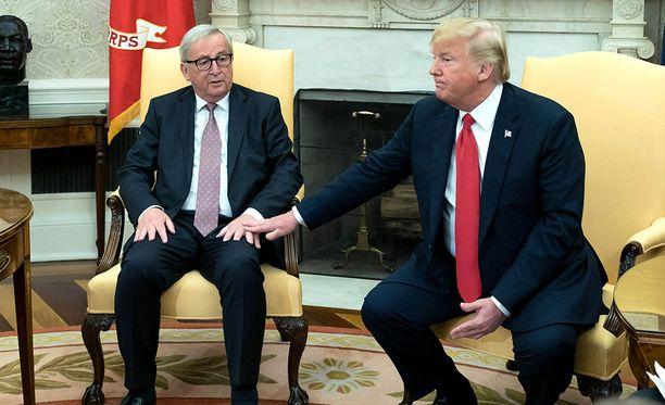 """Donald Trumpin ja Jean-Claude Junckerin """"diili"""" ei poistanut Palkansaajien tutkimuslaitoksen mukaan kokonaan tulliepävarmuutta, joka yhä vaikuttaa kielteisesti talousodotuksiin."""
