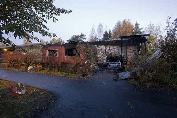 Omakotitalon palo eteni räjähdysmäisesti talon päästä päähän.