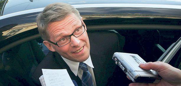 Financial Timesin Pohjoismaiden-kirjeenvaihtajan David Ibisonin mukaan vaalirahoituskohu on ollut erityisen kiusallinen pääministeri Matti Vanhaselle, jonka johtaman hallituksen asema alkaa olla kohun takia jo vaakalaudalla.