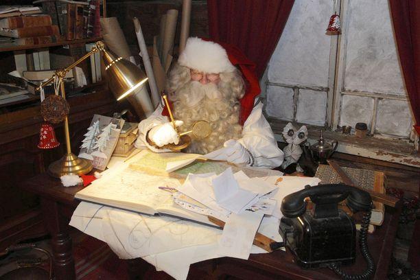 Joulupukki jätti työpöytänsä tavatakseen Pakkasukon Itärajalla. Arkistokuva.