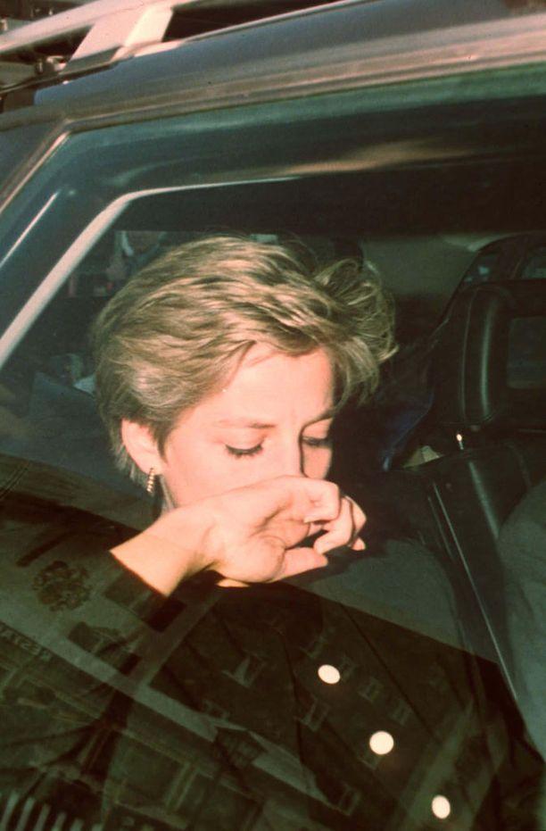 Dianan elämässä oli paljon traagisia elementtejä, jotka ovat paljastuneet vasta viime vuosina.