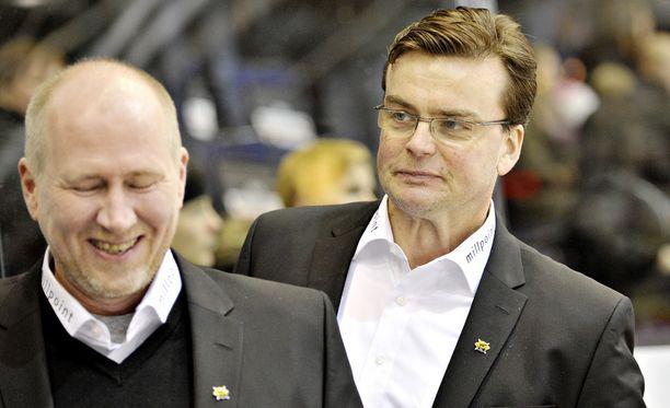 SaiPan maalivahtivalmentaja Janne Valtonen (edessä) sai perjantaina kahden minuutin jäähyn. Päävalmentaja Pekka Tirkkoselta herui ymmärrystä työkaverilleen.