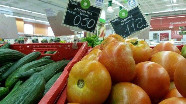 Kurkun kilohinta kreikkalaiskaupassa on nyt 0,50 euroa, tomaatin 1,12 euroa.