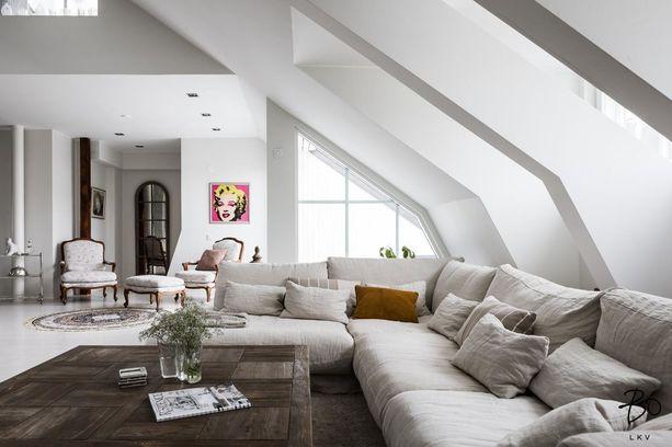 Asunnossa on paljon muotoja, vinoja kattoja ja kattoparruja.