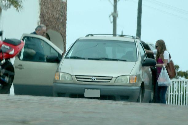 Thomas Markle nousee autoon kadulta.