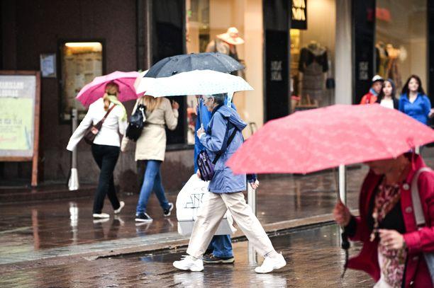 Sateenvarjoille tulee käyttöä maanantaina.