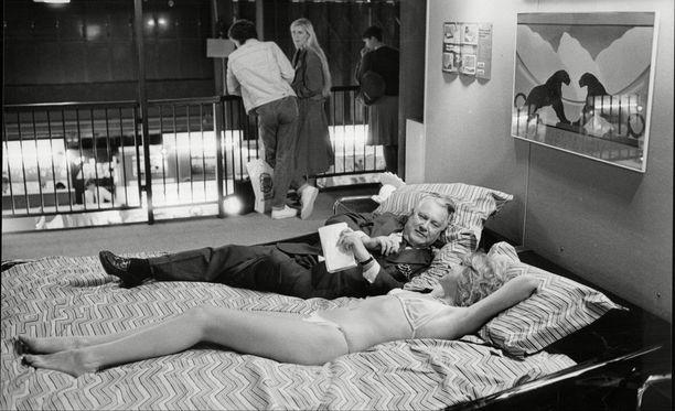 Toimittaja haastattelee naista vesisängyssä vuonna 1984.