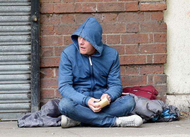 Antony Cottonin roolihahmo Sean Tully päätyy kadulle rahankeruuseen ja telttaan asumaan.