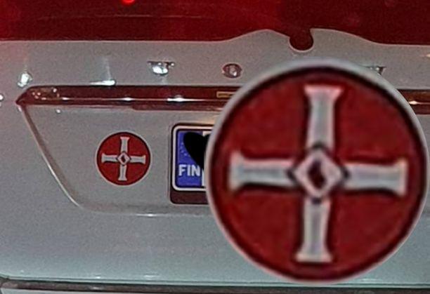 Kyseinen tunnus on ollut sekä ristiretkiläisten että rasistijärjestön käytössä.